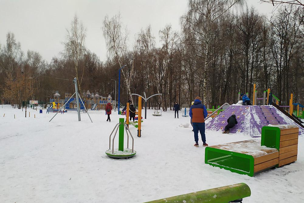 Это только половина новой детской площадки. Даже зимой здесь много ребят. Моему сыну больше всего нравится фиолетовый скалодром