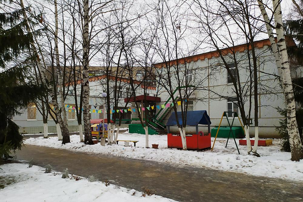 В этот детский сад ходит мой сын. Когда я впервые увидела это серое здание, мне хотелось заплакать. Но я рада, что не стала судить о месте по фасаду