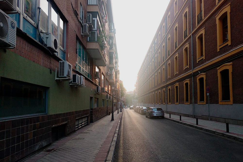 А вот так выглядит улица, где я живу. Здание напротив принадлежит Гражданской гвардии — одному из полицейских формирований Испании, поэтому здесь очень спокойно и видеокамеры на каждом углу