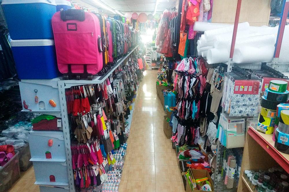 В китайском магазине можно купить все — от шланга для душа до костюма на Хэллоуин