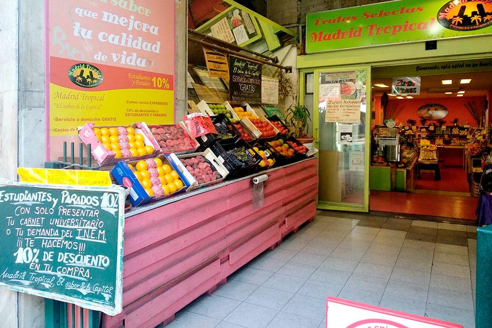 Небольшая фруктовая лавочка в молодежном районе Монклоа обещает скидку 10% студентам и безработным