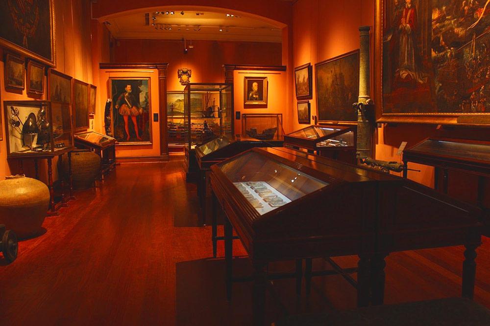 В Морском музее хранится корабельное оружие, картины, пушки и старейшая из сохранившихся по сей день карт. Вход формально бесплатный, но принимаются добровольные пожертвования в размере 3€