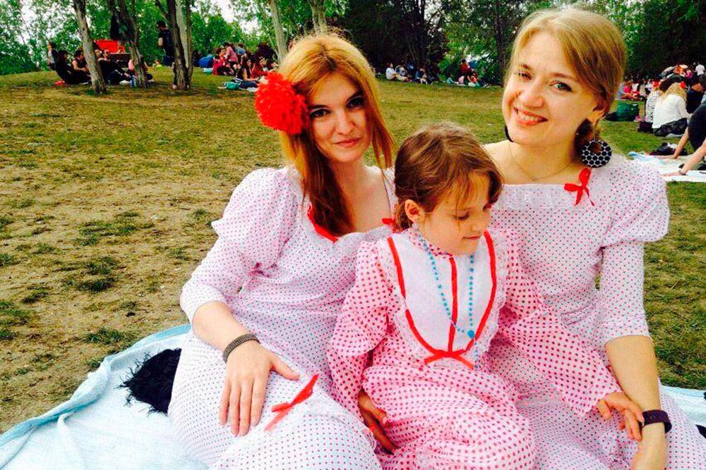 Я с подругой и ее дочкой на празднике в честь покровителя Мадрида — святого Исидора. 15 мая жители города надевают традиционные местные костюмы, участвуют в гуляниях и устраивают пикники на лугу Прадера-де-Сан-Исидро