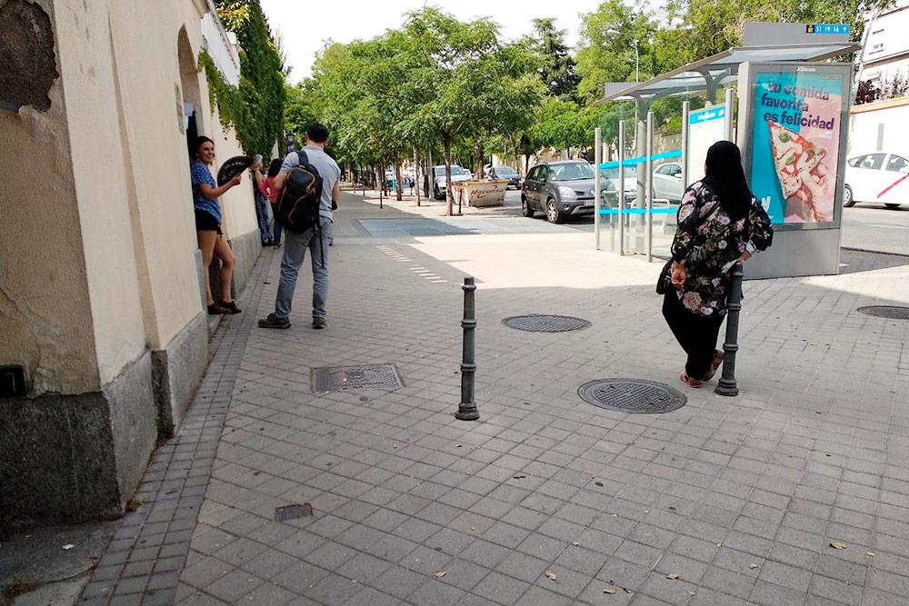 Странности в проектировании остановок встречаются не только в России: когда на улице плюс сорок, автобуса куда комфортнее дожидаться в тени от соседнего здания
