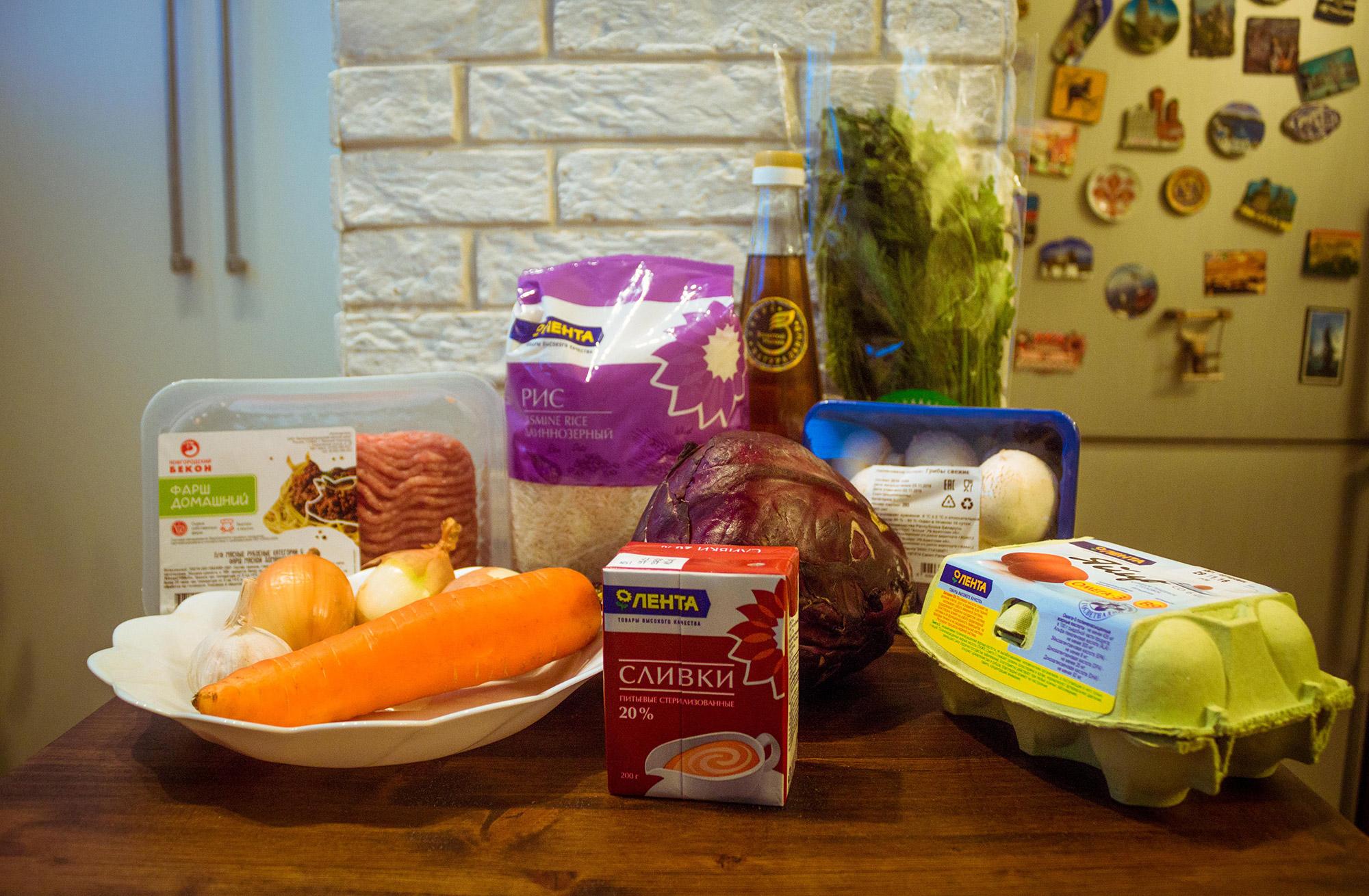Яиц, грибов, капусты, моркови, риса, уксуса и зелени больше, чем нужно для рецепта. Перед готовкой нужно будет всё помыть и почистить