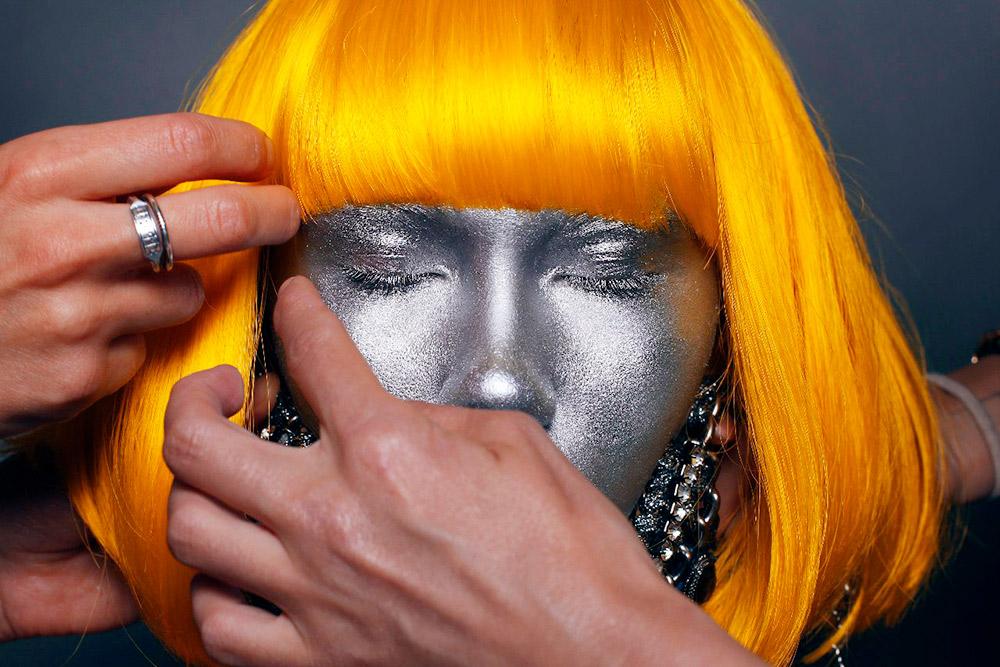 Экзаменационная работа №3. Полностью покрыть лицо серебряной краской было не так просто: дляглаз я использовала другое средство, но нужно было сделать незаметный переход
