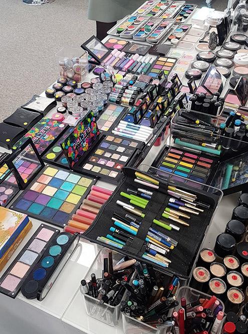 Стол с косметикой на курсах повышения квалификации. Здесь все, что может понадобиться длявыполнения цветного макияжа