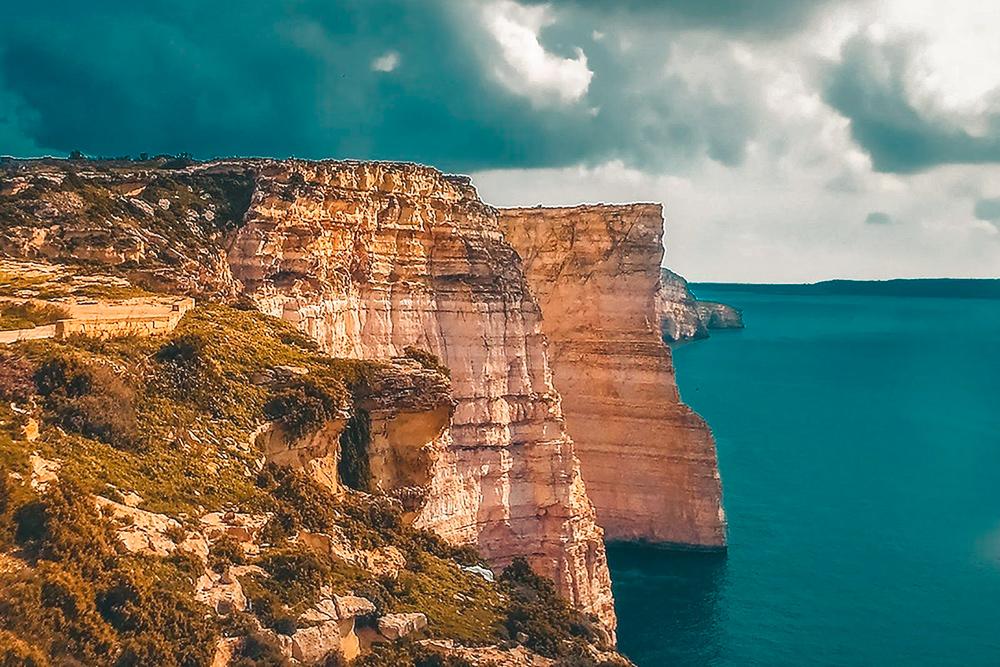 Береговая линия Мальты весьма разнообразна: тут можно встретить и отвесные обрывы