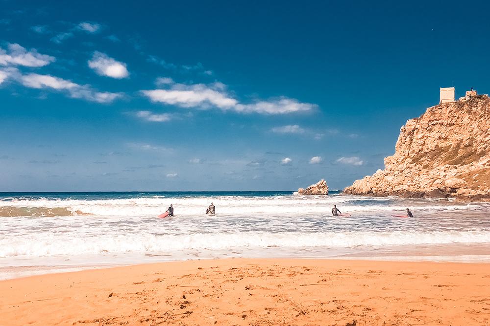 И уютные, хотя и немногочисленные, песчаные пляжи. Это пляж Tuffieha bay, где в зимнее время много серферов