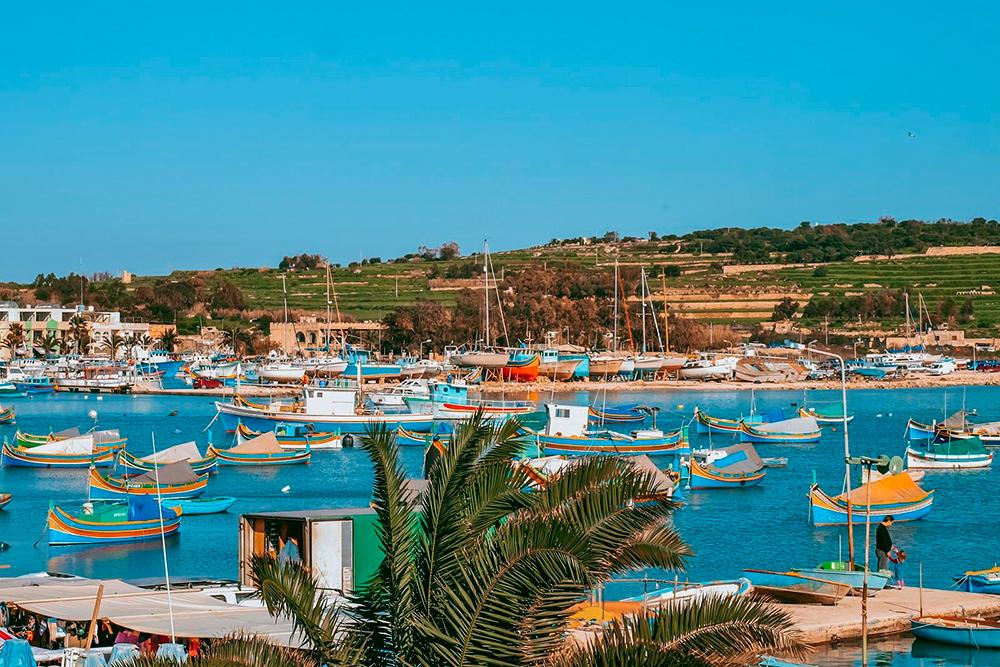 Марсашлокк — рыбацкое поселение Мальты с традиционными яркими лодочками-луцу