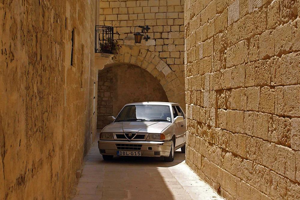 В старых городах Мальты улочки настолько узкие, что у водителей возникают сложности с габаритами