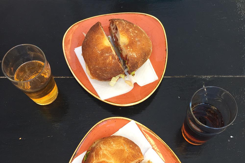 Фтира — свежевыпеченная булочка с начинкой из оливок, лука, томатной пасты, каперсов и тунца