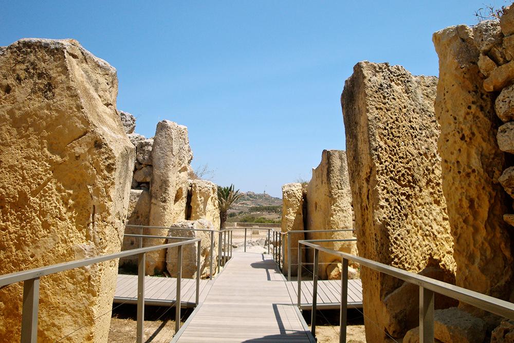 Это мегалитический комплекс Джгантия на острове Гозо, втором по количеству населения острове Мальтийского архипелага. Считается, что комплекс построен около 3600года до нашей эры. По местной легенде, его построила Сансуна — женщина-гигант, мать всех мальтийцев