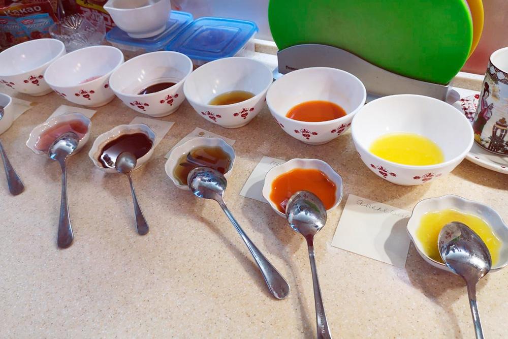 6 разных соков. Мы добавляли их в кастрюлю с мармеладом и проверяли вкус