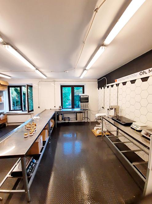 А после того как мы отделали стены икупили мебель, цех идеально подошел дляфото в«Инстаграм»: светлый, просторный, минималистичный