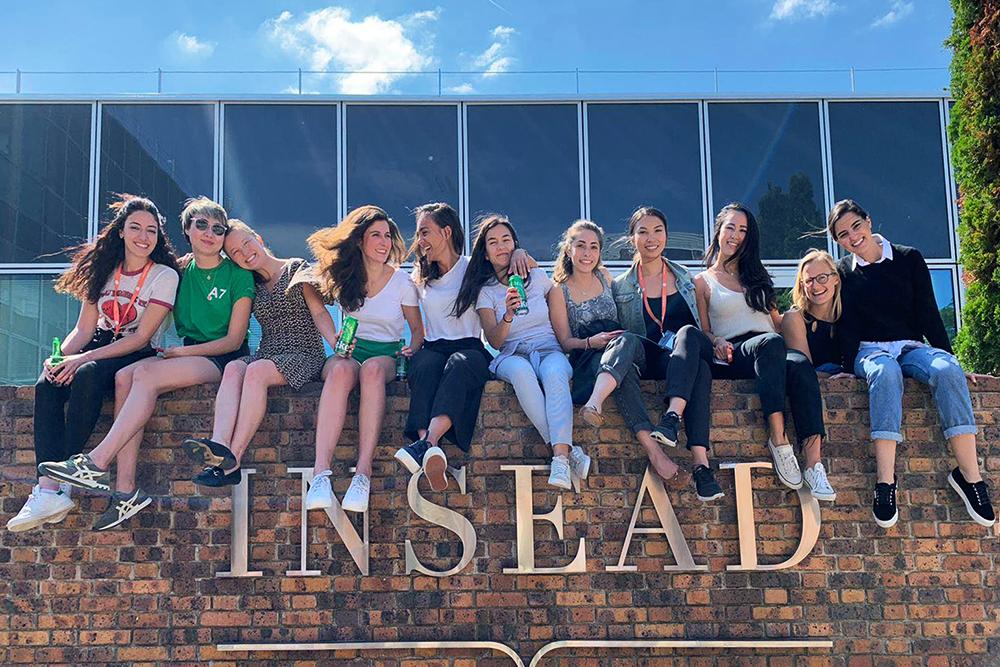 Группа студентов INSEAD на стене кампуса в 2019году