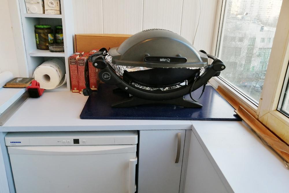 Левая часть шкафа— полки ихолодильник