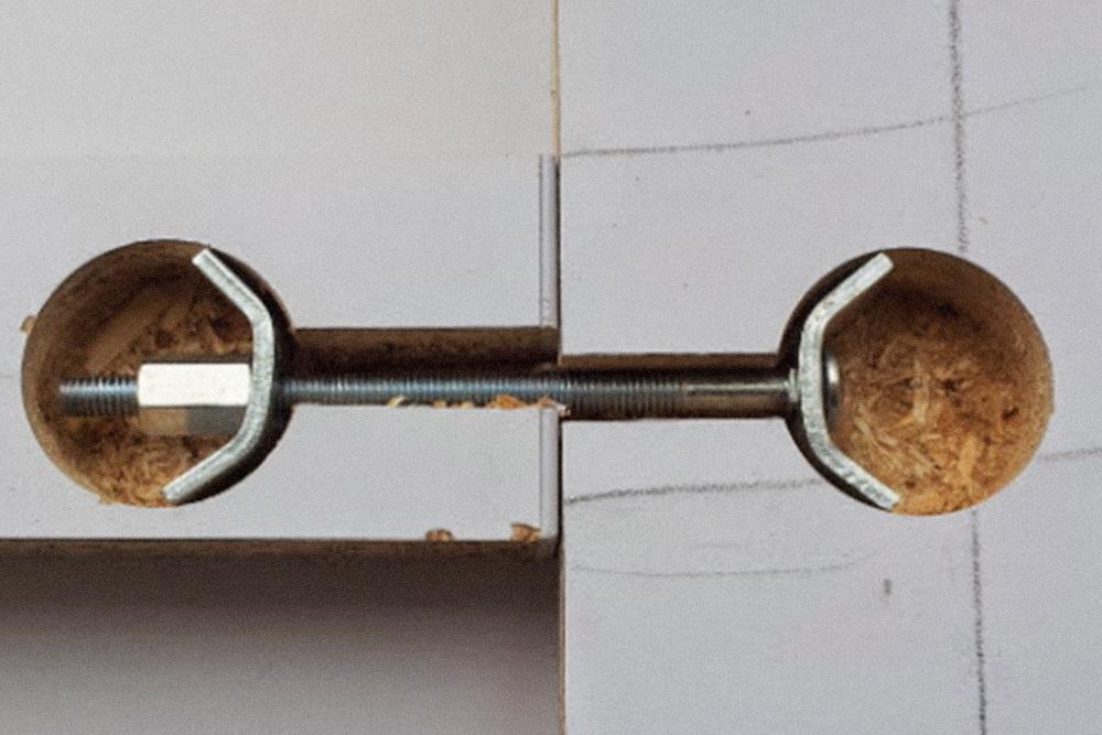 Стяжка, которая соединяет две части столешницы. Отверстия сверлил муж