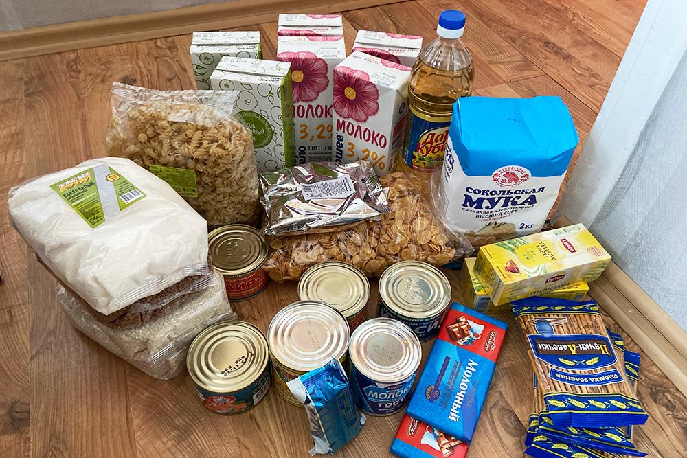 В одном продуктовом наборе: сок и молоко, крупы, макароны, мука, сахар, консервы, чай и шоколад