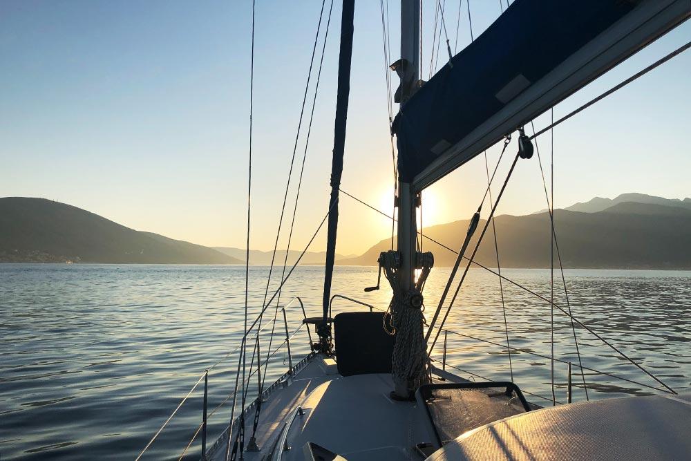 Можно пройти курс обучения и самому управлять яхтой