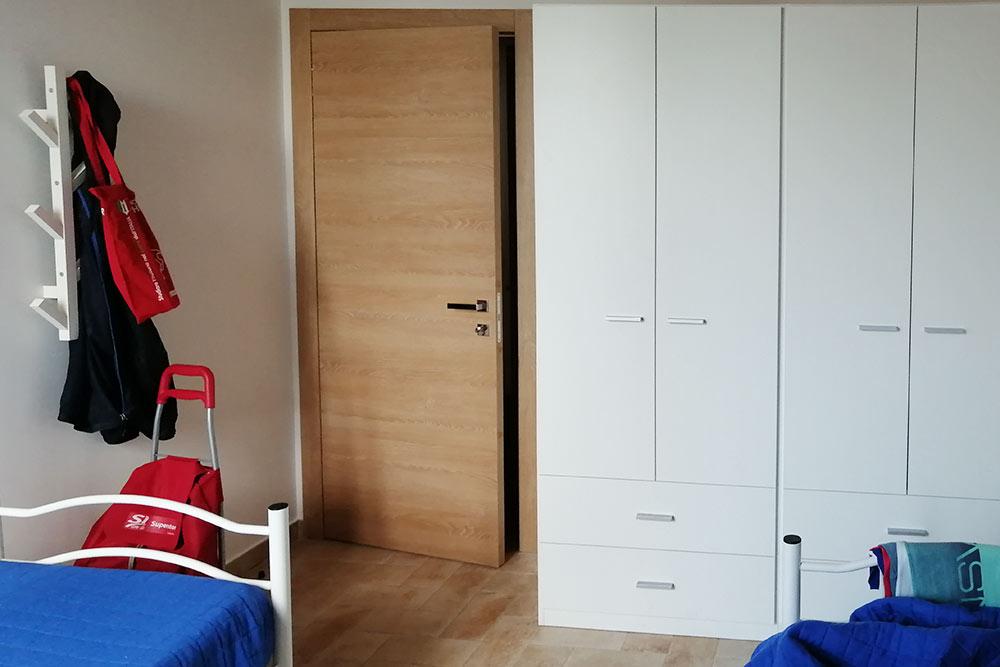Моя спальня, рассчитанная на двух человек. Сосед приехал напару дней позже, поэтому я двадня жил вкомнате один, нонедоплачивал заэто