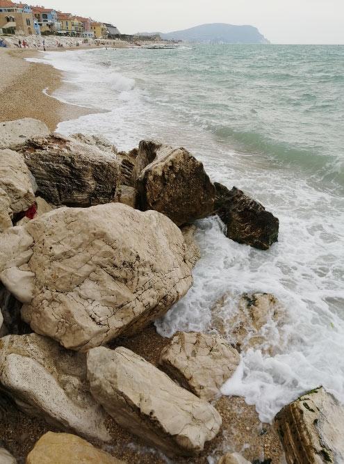 В последний раз, когда мы были напляже, понебу ходили тучи иморе штормило