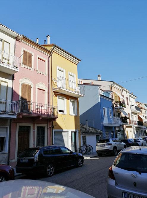 Разноцветные небольшие домики вПорто-Реканати выглядят очень красиво