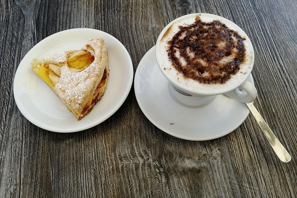 Итальянский завтрак за2€: капучино ияблочный пирог