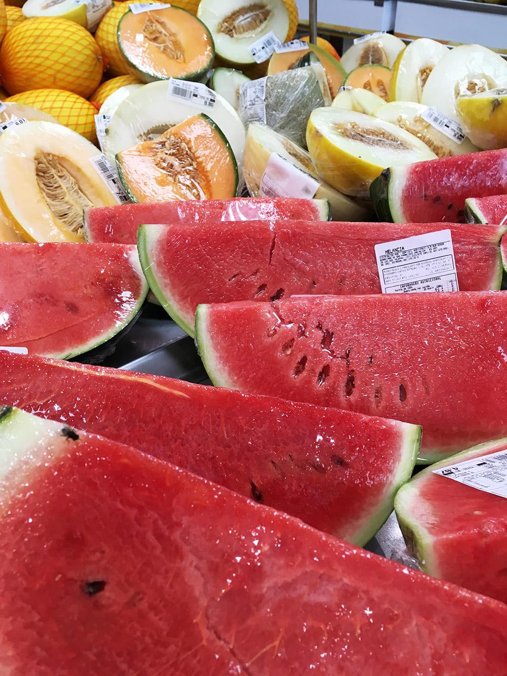 В магазинах всегда огромный ассортимент и выбор фруктов. Цены смешные. Удобно, что можно купить только часть арбуза, дыни, папайи