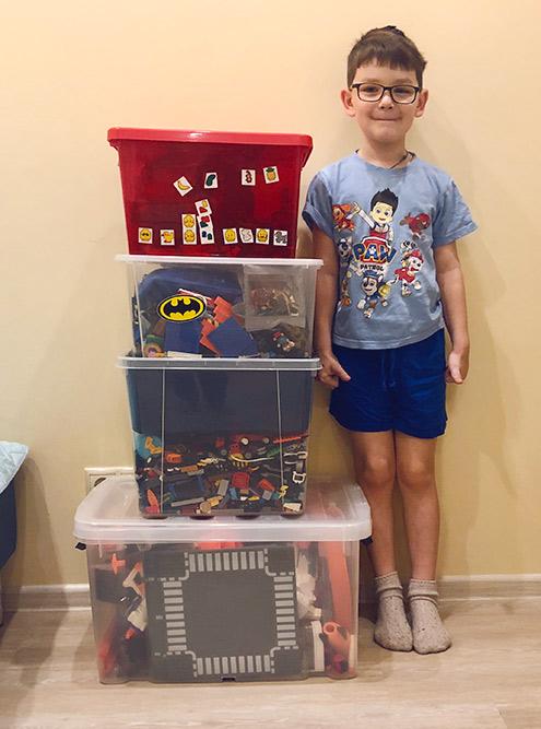 Нужные игрушки длясына поместились в 4 контейнера. Их нам привезли отдельно