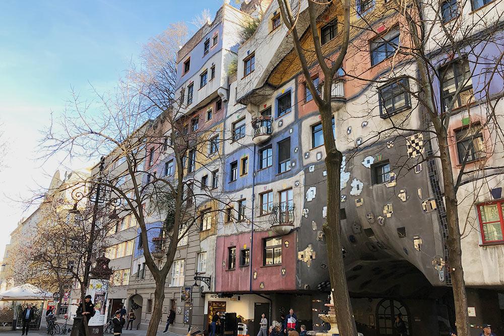 В Вене много интересных зданий — этопостроил архитектор ихудожник Ф.Хундертвассер. Онсоздавал проекты безединой прямой линии