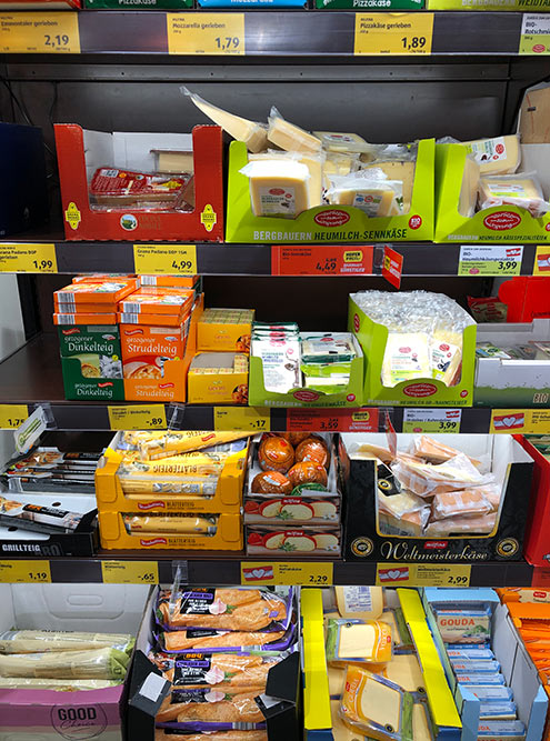 В супермаркетах Вены очень большой выбор сыров. Гауда стоит около 3€ (270<span class=ruble>Р</span>) за 200&nbsp;г, пармезан — 7€ (630<span class=ruble>Р</span>) за 200&nbsp;г
