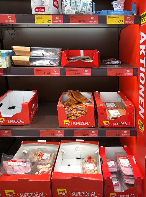 Всупермаркетах всегда есть полка сакционными продуктами. Носрок годности уних обычно подходит кконцу. Такможно купить дорогой стейк соскидкой70% и приготовить его вэтотже день