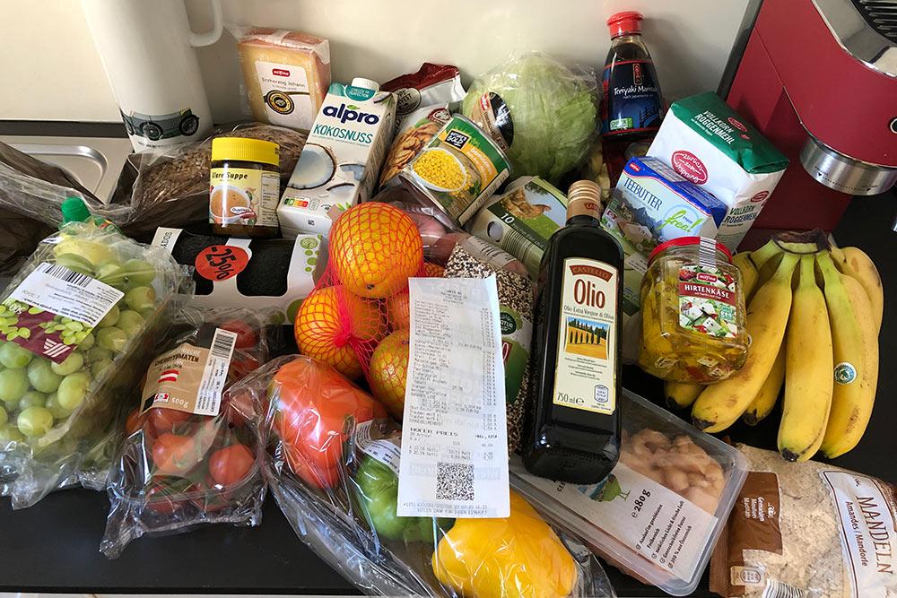 За эти продукты я отдала 46,89€ (4220<span class=ruble>Р</span>). Самое дорогое тут — сыр за&nbsp;3,33€ (299<span class=ruble>Р</span>)