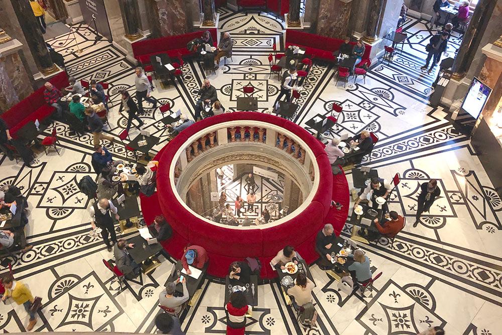 В Музее истории искусств очень красивое кафе, это вид со второго этажа