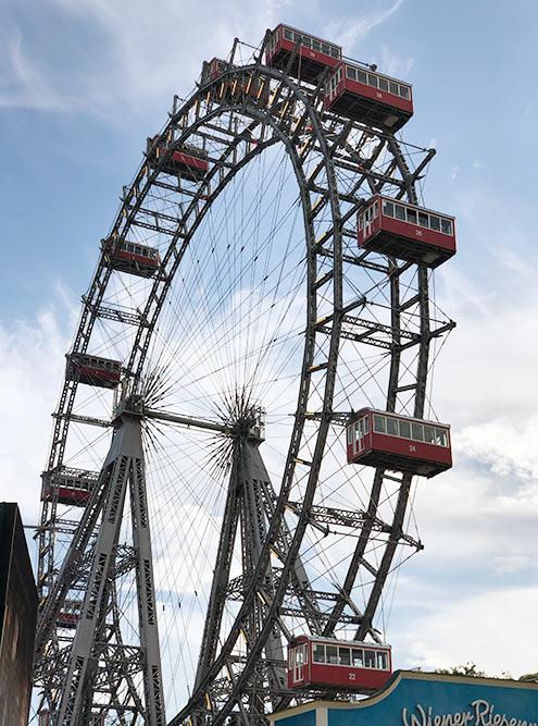 Это самое старое колесо обозрения вмире. Вкабину помещается 10—15 человек. Колесо невысокое, всего 65м, нопокататься нанем стоит ради опыта