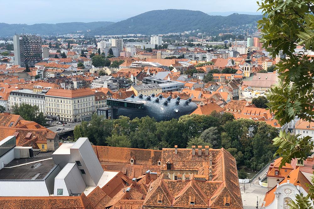 Вид наГрац иМузей современного искусства. Здание сильно выделяется нафоне привычных европейских построек