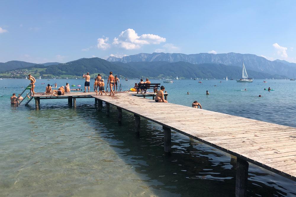 Озеро Аттерзее пока мое любимое. Оно чистое, прохладное, с&nbsp;лебедями и&nbsp;невероятным видом. Вход на&nbsp;пляж стоит 5€ (450<span class=ruble>Р</span>). Зато здесь чисто, подстриженный газон, есть пирс, хороший спуск в&nbsp;озеро и&nbsp;мало людей даже в&nbsp;выходные