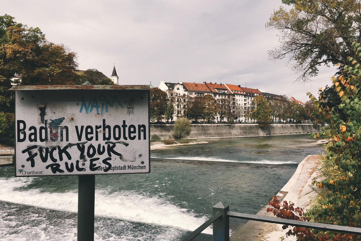 Река Изар и знак «Купание запрещено»
