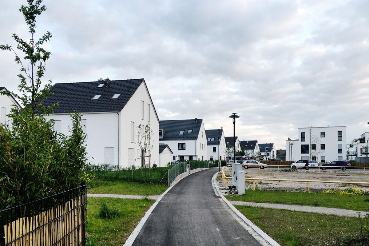 Новостройки в деревне под Мюнхеном (40 минут до центра на электричке). Квартира в домике справа три года назад, еще до начала стройки, стоила около 400 000€. Домик слева тогда же стоил 800 000€