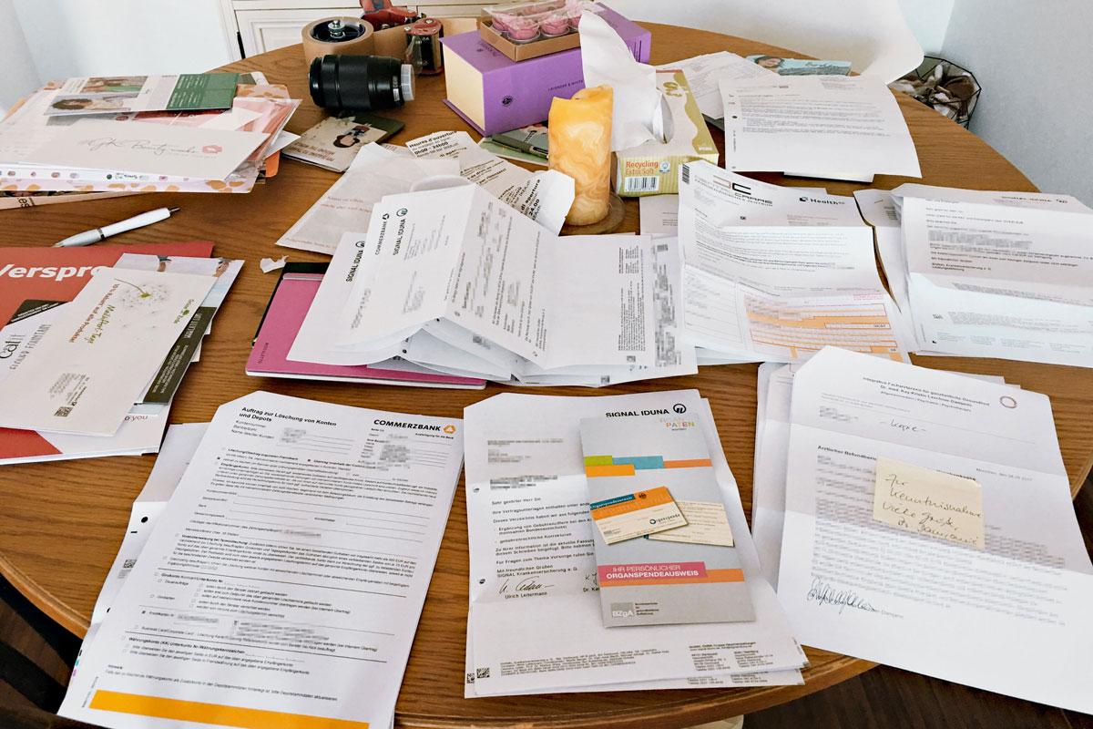 «Любимое» занятие в выходные: разбирать письма от банков и счета. Частная клиника отправляет счет пациенту, пациент оплачивает счет и отправляет копию и погашенные чеки в страховую для возмещения