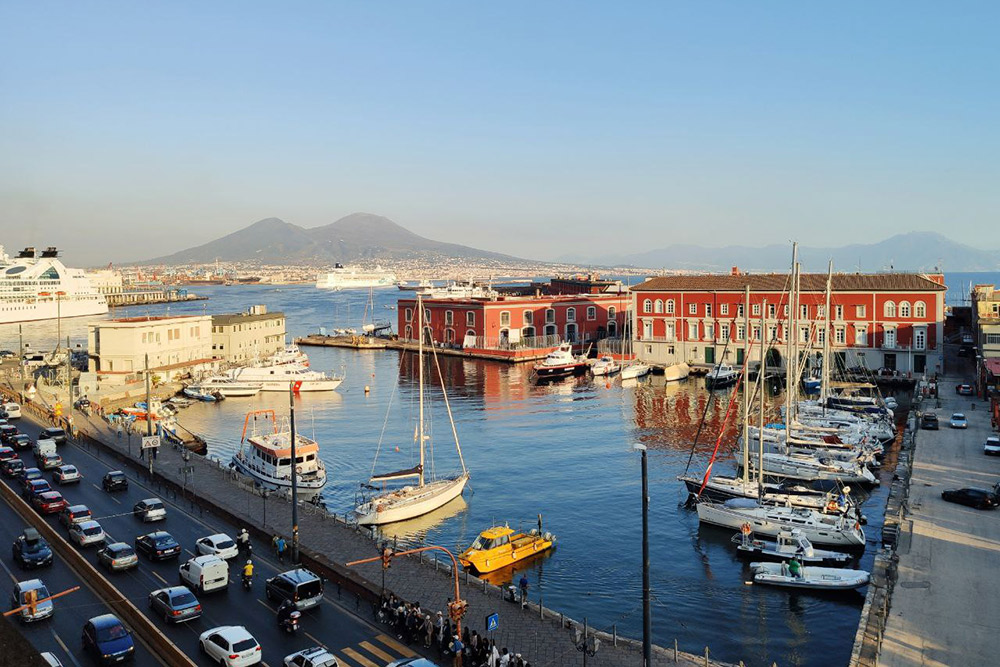 Вулкан вдалеке — Везувий. Еще в Неаполе есть Тирренское море. Вход на некоторые пляжи стоит 10€, но это не гарантирует чистоту воды. Самые известные пляжи в черте города — на улице Позиллипо (Via Posillipo)