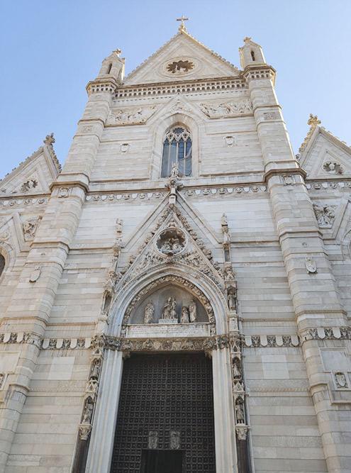По сравнению с Миланским дуомо, фасад этого собора выглядит скромно