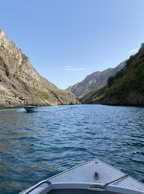 Катание по каньону на лодке. Вода бирюзового цвета