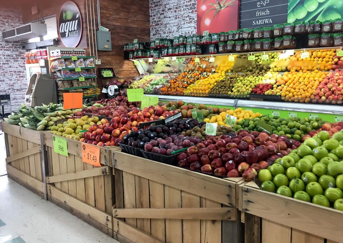 Прилавок с фруктами в самом обычном магазине