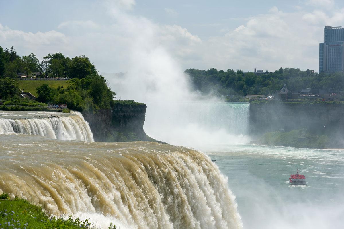 До Ниагарских водопадов на северо-западе штата Нью-Йорк мы доехали на машине
