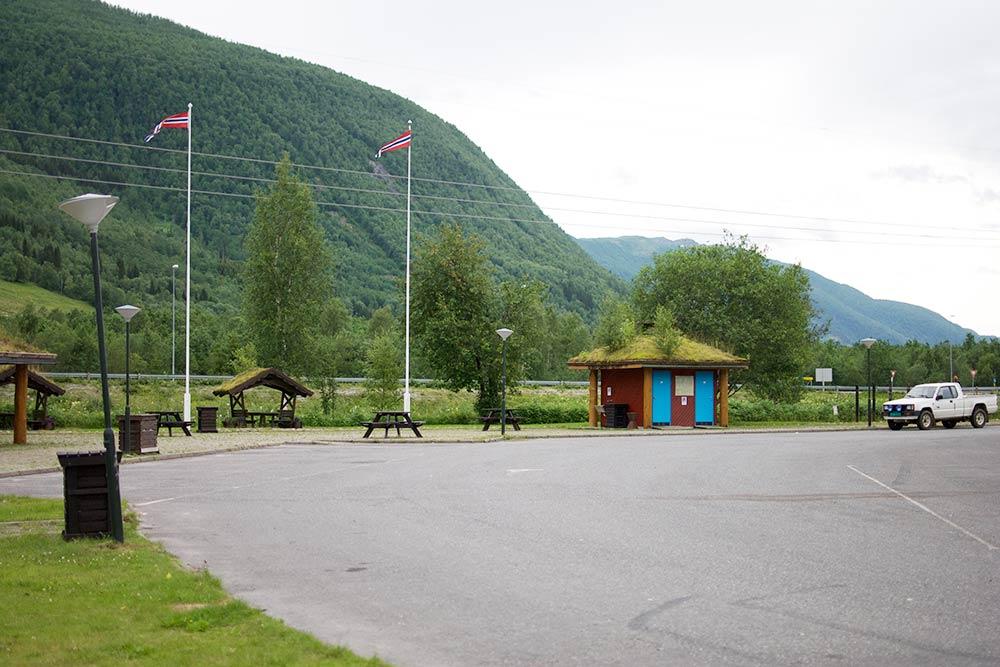 Место для отдыха с беседками. Домик с голубыми дверями — это туалет. Слева есть еще детская площадка, она не попала в кадр