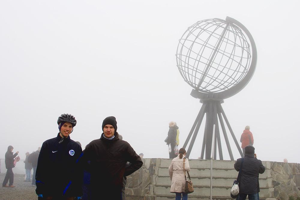 Мы с братом у глобуса на мысе Нордкап