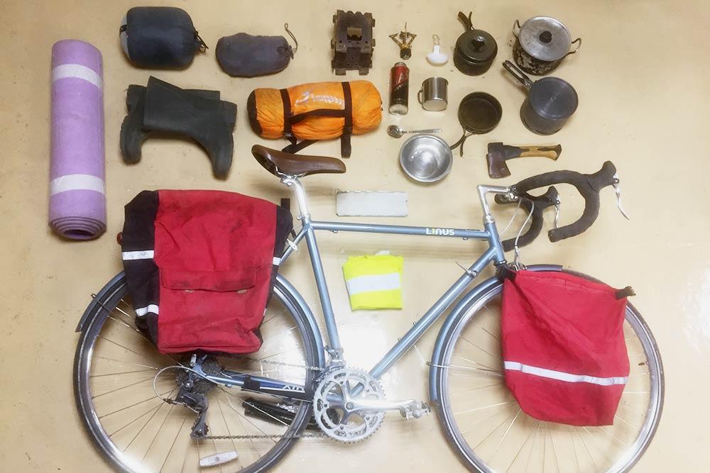 Снаряжение, которое мы везли с собой. Хорошо, если на велосипеде есть крылья: тогда приезде поддождем брызги с колес не будут лететь на вас