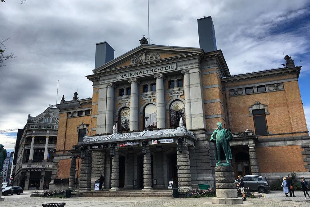Рядом с Национальным театром есть красивый парк и фонтаны